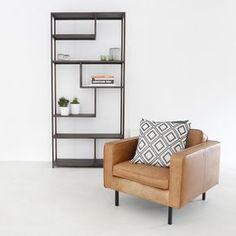 Dankzij het strakke ontwerp met industriele look past hetMatthew Wandrek zowel in een modernals in een loft-interieur.  Troeven: