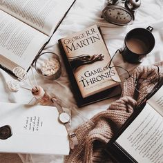 Picture of the book Game of Thrones. I Love Books, Books To Read, My Books, Cozy Aesthetic, Brown Aesthetic, Aesthetic Photo, Flat Lay Photography, Book Photography, Book Flatlay