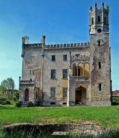 Pałac w Naroku został wzniesiony w drugiej połowie XVIIIw kiedy właścicielką była hrabina Luisa Eleonora von Beess. W połowie XIXw bracia Guradze doprowadzili majątek rodzinny do upadku. Gdy zmarli pałac wystawiono na licytację i kupił go Friedrich Wichelhaus. Pałac w Naroku był własnością tej rodziny prawie do końca II wojny światowej kiedy to w styczniu 1945r został przez nią opuszczony. Od 2007 r. własność prywatna - w trakcie remontu.