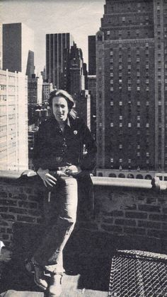 John Lennon (New York rooftop of where John & May stayed after going back to NY from L. during John's lost week-end) Beatles Love, John Lennon Beatles, Julian Lennon, Imagine John Lennon, Woodstock, New York Rooftop, El Rock And Roll, British Invasion, The Fab Four