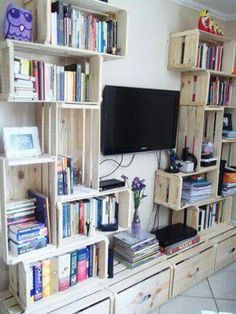 Bookshelves Decorating Ideas for Living Room Book Shelf Decorating Idea & Tip Bookshelves Decorating Ideas for Living Room. If you have bookshelves in your home, and lots of books, you've… Pallet Furniture Designs, Wooden Pallet Furniture, Diy Furniture, Wooden Crates Projects, Bookshelves In Living Room, Ideas Para Organizar, Ideas Hogar, New Room, Cheap Home Decor