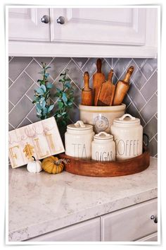 What a cute kitchen styling! What a cute kitchen styling! What a cute kitchen styling! Home Decor Kitchen, Home Kitchens, Diy Home Decor, Kitchen Countertop Decor, Kitchen Staging, White Kitchen Decor, Kitchen Counter Storage, Kitchen Vignettes, Kitchen Tray
