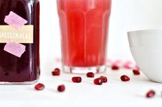 Hier findet ihr eine einfache Anleitung für Granatapfel Sirup und zusätzlich noch einen kleinen Tipp, wie ihr rote Spritzer in der Küche verhindern könnt.