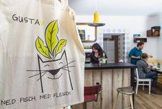 Im GustaV lassen sich ernährungsbewusste Salzburger Cappuccino mit Hafermilch und veganes Tiramisu schmecken.