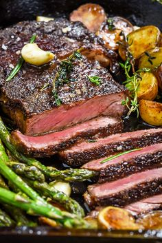 Pan-Fried Garlic Butter Steak with Crispy Potatoes and Asparagus. Meet the equally simple and sexy date night meal that will change the way you tackle romantic dinners forever. The key? A high heat se Quick Recipes, Beef Recipes, Cooking Recipes, Healthy Recipes, Family Recipes, Sirloin Steak Recipes, Grilled Steak Recipes, Game Recipes, Meat Recipes