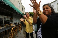 A group of neighbors gather to give a standing ovation to late actor and comedian Robin Williams at a delicatessen in his former neighborhood in San Francisco, California August 18, 2014 © ROBERT GALBRAITH/Reuters/Corbis