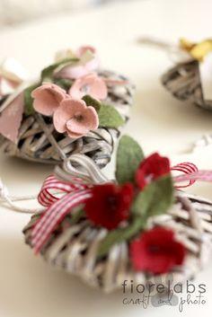 cuori decorati con fiorellini in feltro