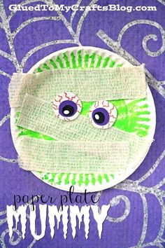 Paper Plate and Medical Gauze Mummy - Kid Craft - Halloween DIY for Kids. Cute idea for Halloween speech therapy! Check out our latest and great Paper Plate Mummy Halloween kid craft idea and recreate it today! Diy Halloween, Halloween Crafts For Toddlers, Theme Halloween, Fall Crafts For Kids, Halloween Activities, Toddler Crafts, Diy For Kids, Spring Crafts, Kids Crafts