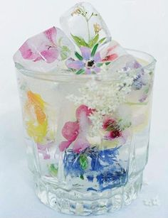 Gorgeous flower ice cubes- Perfect for a shower or entertaining. Gorgeous flower ice cubes- Perfect for a shower or entertaining. – Cocktails and Pretty Drinks Flower Ice Cubes, Fruit Ice Cubes, Snacks Für Party, Party Drinks, Fun Drinks, Partys, High Tea, Afternoon Tea, Food And Drink