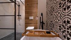 Mala lazienka, czarno biala z dodatkami drewna, wanna i prysznic Small Bathroom Storage, Ikea Bathroom, Budget Bathroom, Bathroom Layout, White Bathroom, Bathroom Flooring, Master Bathroom, Bathroom Ideas, Kids Beach Bathroom