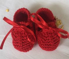 Como Fazer Sapatinho De Tricô Para Bebê: Passo a Passo +34 Fotos | Revista Artesanato Baby Knitting Patterns, Knitting For Kids, Crochet Patterns Amigurumi, Baby Patterns, Crochet Baby Boots, Knitted Booties, Knit Shoes, Love Crochet, Knit Crochet