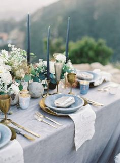 Embracing Natural Beauty for the Most Romantic Bohemian Wedding A Romantic Approach to Bohemian Wedding Details Beautiful Table Settings, Wedding Table Settings, Place Settings, Wedding Mallorca, Deco Buffet, Dusty Blue Weddings, Belleza Natural, Decoration Table, Wedding Shoot
