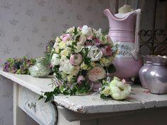 Romantische bruidstuil met o.a pioen, ranonkel, trosroos etc...
