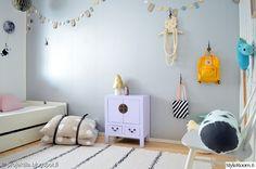"""""""Projektila"""":n lastenhuoneessa rauhallinen seinä antaa taustan värikkäille ja hauskoille yksityiskohdille. #styleroom #inspiroivakoti #lastenhuone"""