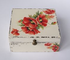 Las servilletas de mi alacena (pág. 123) | Aprender manualidades es facilisimo.com Decoupage Tins, Decoupage Vintage, Cigar Box Crafts, Painted Wooden Boxes, Diy And Crafts, Arts And Crafts, Shabby Chic Crafts, Tea Box, Mural Wall Art