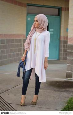 Modest Hijab with Jeans Outfits this season. Grace you personality by wearing hijab in a trendy way. Taking hijab in different styles are getting popular nowadays. We can give you various ideas to carry hijab with jeans in a presentable manner. Islamic Fashion, Muslim Fashion, Modest Fashion, Classy Fashion, Fashion Dresses, Korean Fashion, Vintage Fashion, Hijab Jeans, Moda Jeans