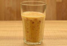 Kókuszos-barackos-zabpelyhes smoothie recept képpel. Hozzávalók és az elkészítés részletes leírása. A kókuszos-barackos-zabpelyhes smoothie elkészítési ideje: 5 perc Nutribullet, Glass Of Milk, Health Tips, Smoothies, Paleo, Pudding, Fruit, Drinks, Desserts
