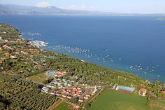 Green, spacious and peaceful Camping Village directly on the shores of Lake Garda. Pool, entertainment, Free Wifi and all the comforts you could ask for. Lake Camping, Lake Garda, Holidays With Kids, Trekking, Camper, Dolores Park, Beautiful Places, Road Trip, To Go