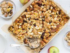 Omenainen leipävanukas on jälkiruoka syksyyn. Maitovanukkaaseen imeytyneet kanelilla ja aprikoosimarmeladilla maustetut leipäpalat ovat kerrassaan hurmaavia ja toimivat hyvin yhteen omenan kanssa. Vegetable Pizza, Vegetables, Eat, Food, Hoods, Vegetable Recipes, Meals, Veggies