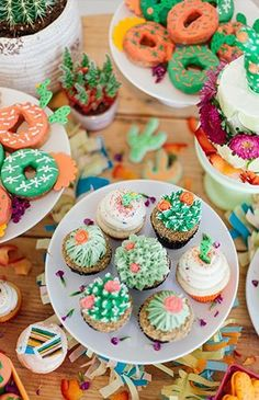Vibrant Pink & Green Fiesta Birthday Party - Inspired By This succulent cupcakes Party Fiesta, Taco Party, Snacks Für Party, Fiesta Cake, Party Sweets, Cactus Cupcakes, Succulent Cupcakes, Taco Cupcakes, Pastries