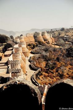 Kumbhalgarh Fort in Rajasthan, India Goa India, India Tour, Oh The Places You'll Go, Places To Travel, Places To Visit, Travel Destinations, Beautiful Buildings, Beautiful Places, Namaste