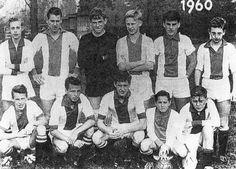 Jeugdteam Ajax met jonge Cruijff (vierde van de onderste rij).