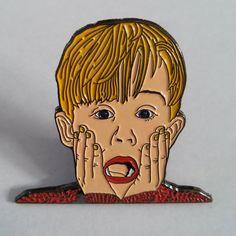 El Pin de solapa muchacho gritando