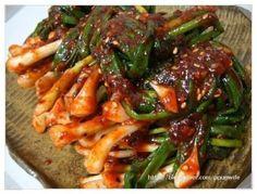 """제가 웬만하면 강철입맛이라 여름이라고 입맛떨어진적이 없는데 요즘 정말 힘드네요. 그리고 """"네이버 생활... Korean Kimchi, K Food, Asian Recipes, Ethnic Recipes, Korean Food, Food Plating, Japchae, Green Beans, Food And Drink"""