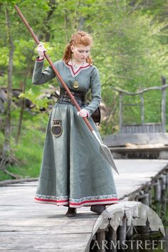 "Natural Linen Dress Tunic ""Eydis the Shieldmaiden"" Viking Natural Linen Dress ""Eydis the Shieldmaiden"". Available in: natural flax linen, olive green flax linen, wine red flax linen, red burgundy flax linen :: by medieval store ArmStreet Historical Costume, Historical Clothing, Historical Photos, Vestidos Viking, Moe Manga, Viking Clothing, Viking Jewelry, Ancient Jewelry, Viking Dress"