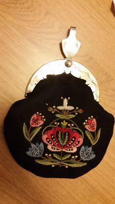 FINN – Bunadsveske Coin Purse, Embroidery, Purses, Wallet, Creative, Crafts, Handbags, Needlepoint, Manualidades