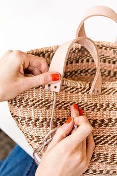 How to make a basket bag for summer! I love this tutorial because it's so easy and you can use almost any basket! Click through for the tutorial. We are want to say thanks if you like to share this post to another people via. Summer Bags, Summer Diy, Purse Tutorial, Diy Tutorial, Do It Yourself Mode, Diy Mode, Diy Purse, Basket Bag, Diy Arts And Crafts
