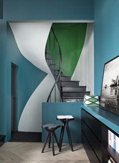 〚 Bold colors in the design of eclectic home in Paris 〛 ◾ Photos ◾Ideas◾ Design Beautiful Interiors, Colorful Interiors, Beautiful Homes, Interior Stairs, Interior Exterior, Interior Design, Bold Wallpaper, Foyer Decorating, Paris Photos