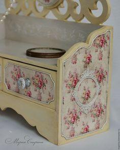Купить или заказать Мини-комодик 'Ваниль' в интернет-магазине на Ярмарке Мастеров. Мини-комодик для хранения украшений из коллекции 'Ваниль'. Очень нежный, романтичный и воздушный. Выполнен в сочетании цветов 'французская ваниль' и 'прованский серый'. Декорирован классическим рисунком с розами в технике декупаж. Искусственно состарен, покрыт матовым лаком на водной основе. Ящички на дне комодика отделаны тканью на тонком синтепоне.…