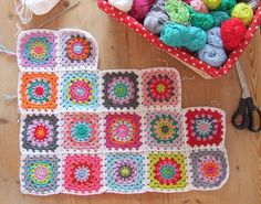 Haken en meer: Zomersprei....    Don't know the translation, but I like making a circle into a square.  Love the bright colors.