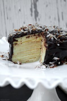 Coconut crêpe cake - tried this, epic fail! Would change it up next time - roll the crepes with the pastry cream inside and cover with chocolate sauce. Just Desserts, Delicious Desserts, Yummy Food, Sweet Recipes, Cake Recipes, Dessert Recipes, Think Food, Love Food, Cupcakes