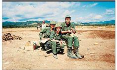 Oriana Fallaci con il fotografo Gianfranco Moroldo, a destra, e un soldato statunitense, nel 1968 presso Hue, in Vietnam. ORIANA FALLACI (Firenze, 29 giugno 1929 – Firenze, 15 settembre 2006) è stata una scrittrice, giornalista e attivista italiana. Fu la prima donna in Italia ad andare al fronte in qualità di inviata speciale. #TuscanyAgriturismoGiratola