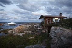 Tove Jansson used to own, and stay her summer time at this island, not so far away from Helsinki, Finland. Natural Architecture, Tove Jansson, Lappland, Cabins In The Woods, Archipelago, Helsinki, Perfect Place, Tiny House, Open House