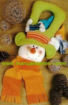 manualidades00 Christmas Is Coming, Felt Christmas, Christmas Projects, Christmas Holidays, Christmas Decorations, Christmas Ornaments, Holiday Decor, Felt Wreath, Snowman Crafts