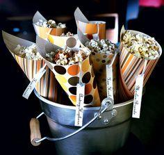 Em cones de papel decorado, arrumados em um balde, a pipoca fica mais irresistível. Diversão extra é pôr em cada cone o nome de um astro do cinema