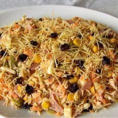 Receita de Salpicão de Natal - uva passa a gosto, 1 pimentão amarelo, 1 pimentão vermelho, 1 pimentão verde, 2 pacotes de batata palha de 400g, sal a gosto,...