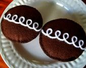 felt hostess cupcakes by PetiteCuisine on Etsy Hand Sewing Projects, Craft Projects For Kids, Felt Projects, Kids Crafts, Craft Ideas, Food Crafts, Cute Crafts, Crafts To Make, Hostess Cupcakes