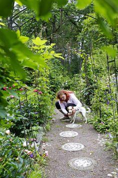Sanna Tallgrenin puutarha pursuaa pioneja ja eläimiä | Kodin Kuvalehti