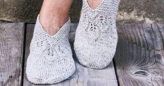 Innetofflor med spets – sticka själv! | Allas.se Knitted Slippers, Knit Mittens, Knitted Shawls, Knitting Socks, Gudrun, Leg Warmers, Crochet, Shoes, Knits