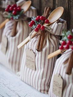 fantastic ideas - I'm going to start making some for Christmas! 25 DIY handmade gifts people actually want.These are fantastic ideas - I'm going to start making some for Christmas! 25 DIY handmade gifts people actually want. Navidad Diy, Noel Christmas, Country Christmas, Christmas Wedding, Christmas Bags, Christmas Party Favors, Christmas Wrapping, Christmas Design, Christmas Trends