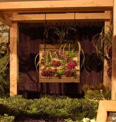 Hanging Pallet Green Wall #DIY #pretty #plants #flowers