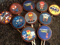 Chupetas medianas mini superhéroes personalizado con el nombre del #cumpleañero para celebrar en su colegio con sus amigos y compañeros de clase ... Para pedidos por chocolograhy.ve@gmail.com