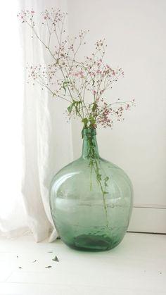 Aujourd'hui c'est le printemps ! Une ou plusieurs dames jeannes et quelques branchages fleuris...