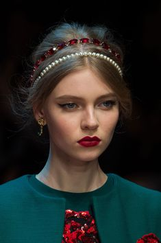 View all the photos of the beauty & make-up at the Dolce & Gabbana autumn (fall) / winter 2015 showing at Milan fashion week. Elegant Hairstyles, Diy Hairstyles, Tiara Hairstyles, Hair Jewels, Accesorios Casual, Diy Hair Accessories, Mannequins, Headpiece, Hair Clips