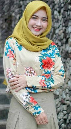 How To Wear A Hijab In A Simple Style Drape a long rectangular scarf over your head with one side longer than the other. Arab Girls Hijab, Muslim Girls, Casual Hijab Outfit, Hijab Chic, Beautiful Muslim Women, Beautiful Hijab, Hijabi Girl, Girl Hijab, Muslim Fashion