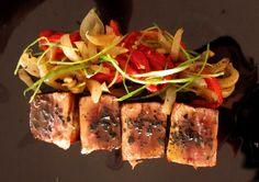 Roter Thunfisch mit  gebackenen roten Paprikaschoten und gebackenen Zwiebeln.